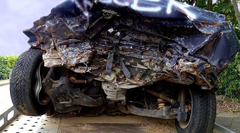 rozbite auto znajdujące się na lawecie